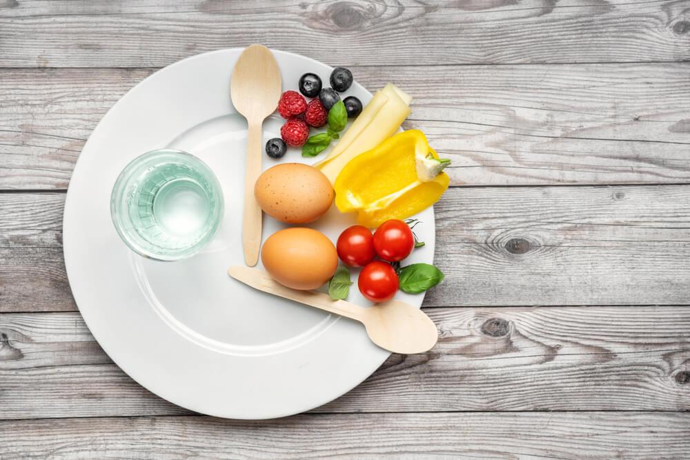 白いお皿の上の果物とスプーンとフォーク