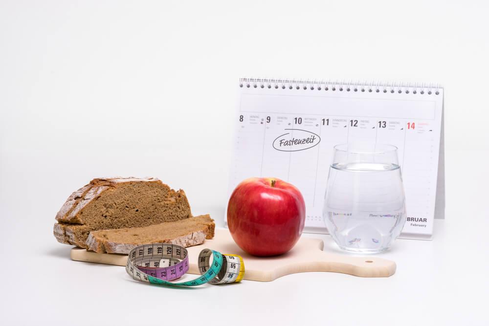 カレンダーと水・パン・リンゴなど
