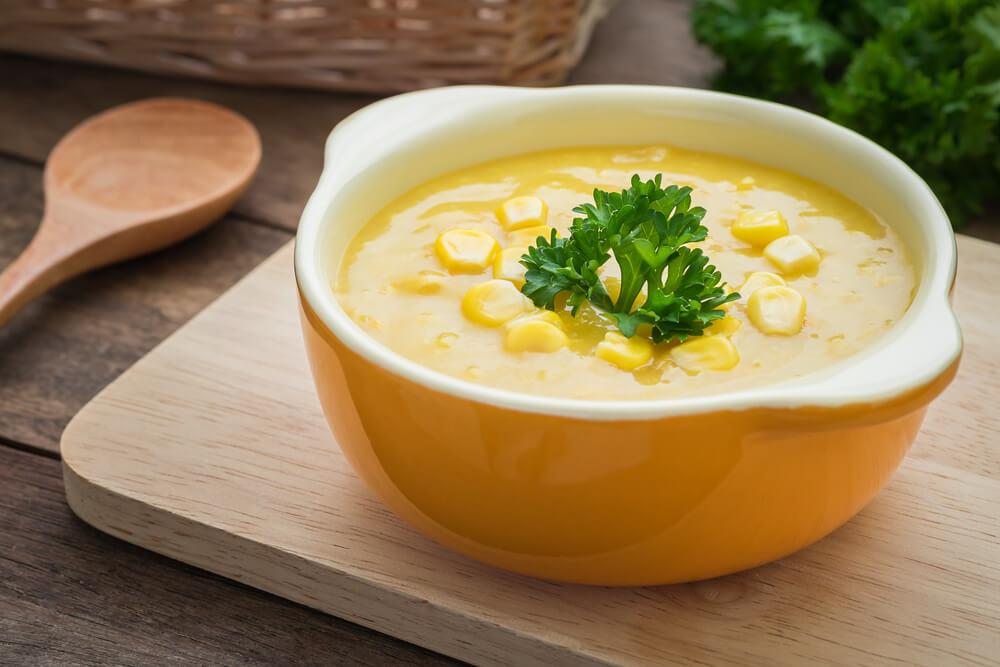 黄色い器に入ったコーンスープ