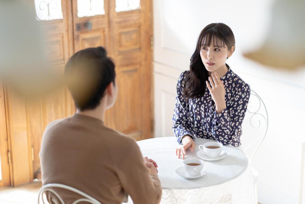 カフェで会話する男女