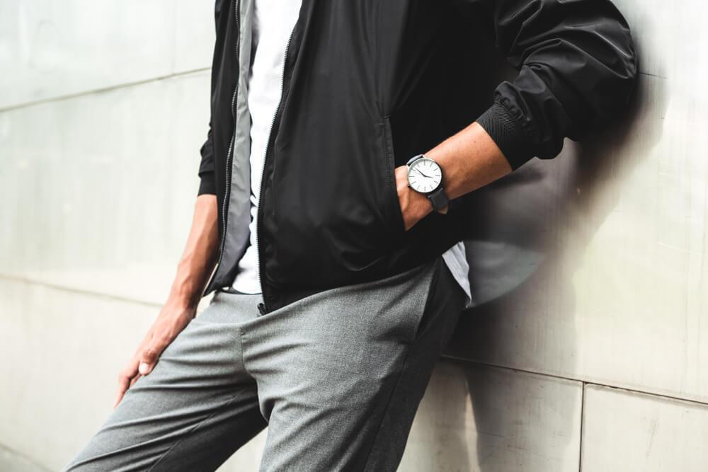 ジャケットのポケットに片手を入れる男性