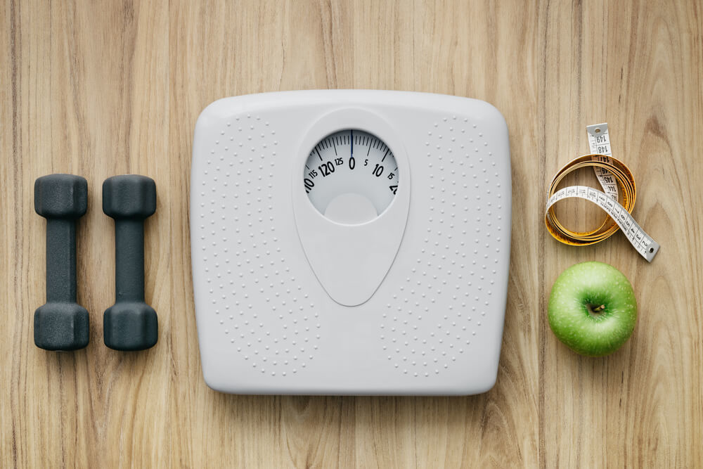 体重計とダンベル、りんご