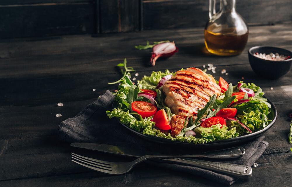 チキンとサラダのプレート