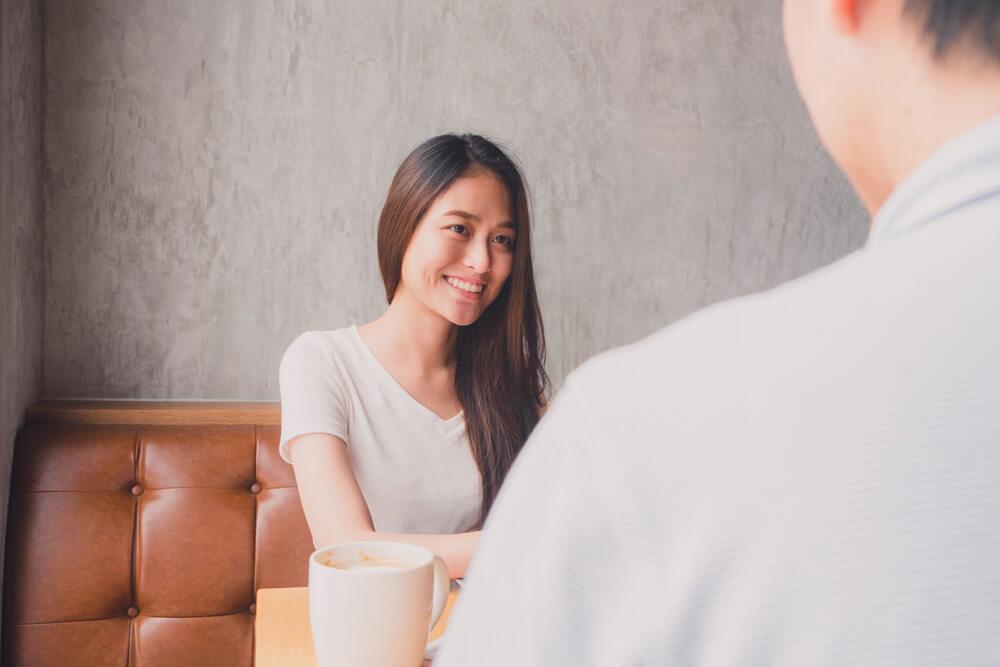 カフェで会話を楽しむカップル