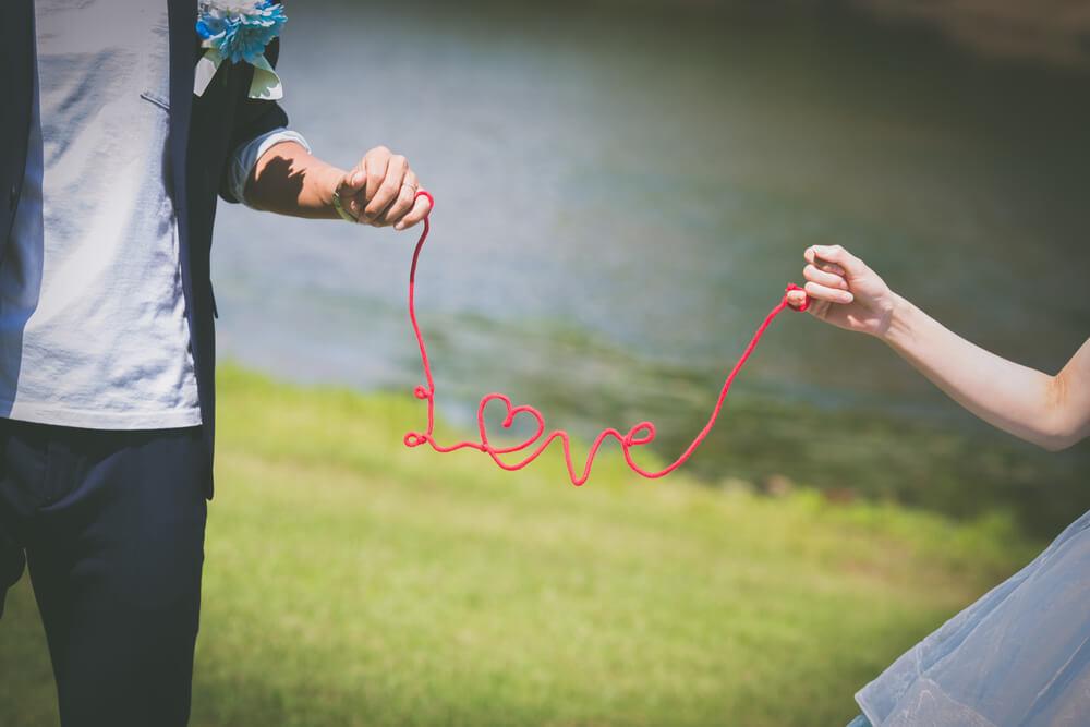 LOVEのひもを持ったカップル