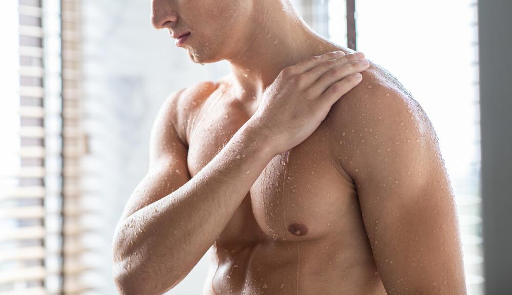 体を洗う男性