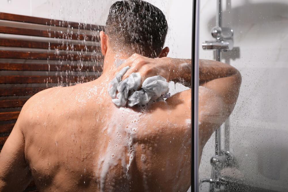 背中を洗う男性