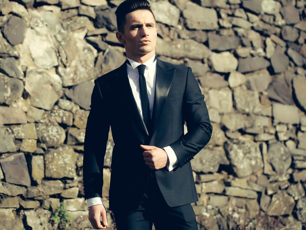 黒のスーツに身を包んだ男性