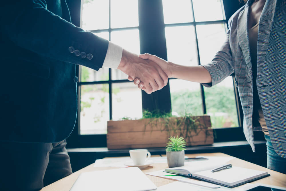 握手をかわすビジネスマン