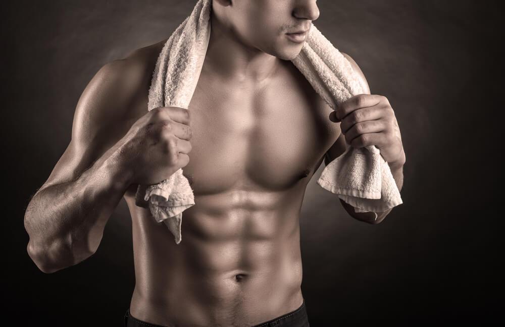 タオルを巻く男性