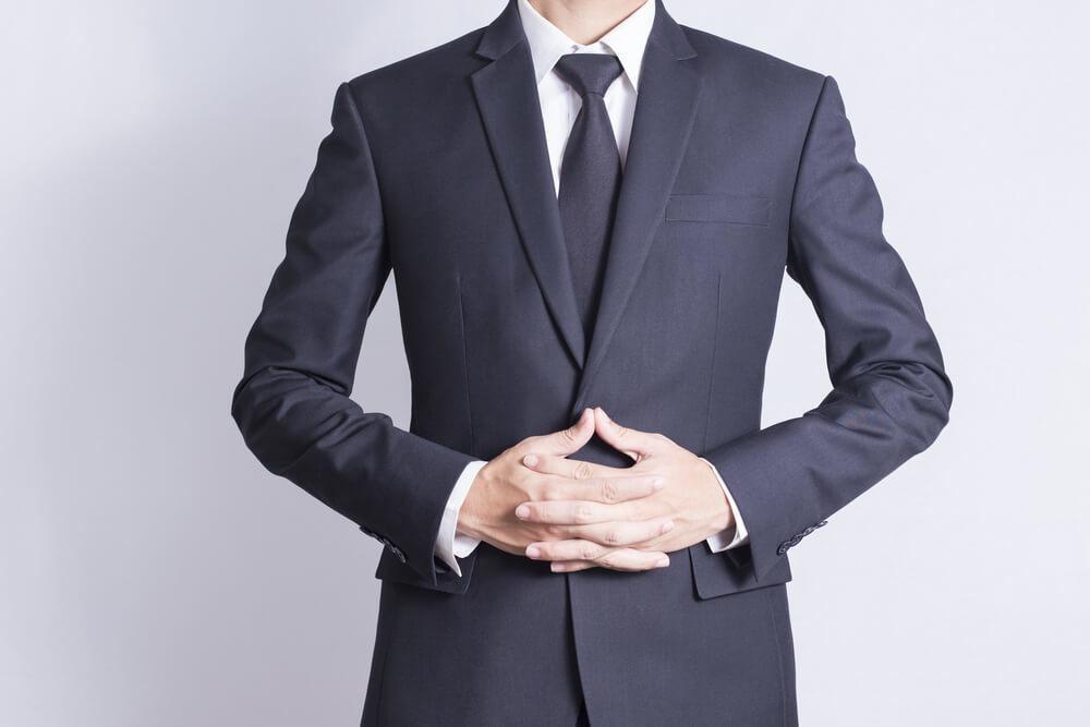 スーツを着て姿勢を整えた男性
