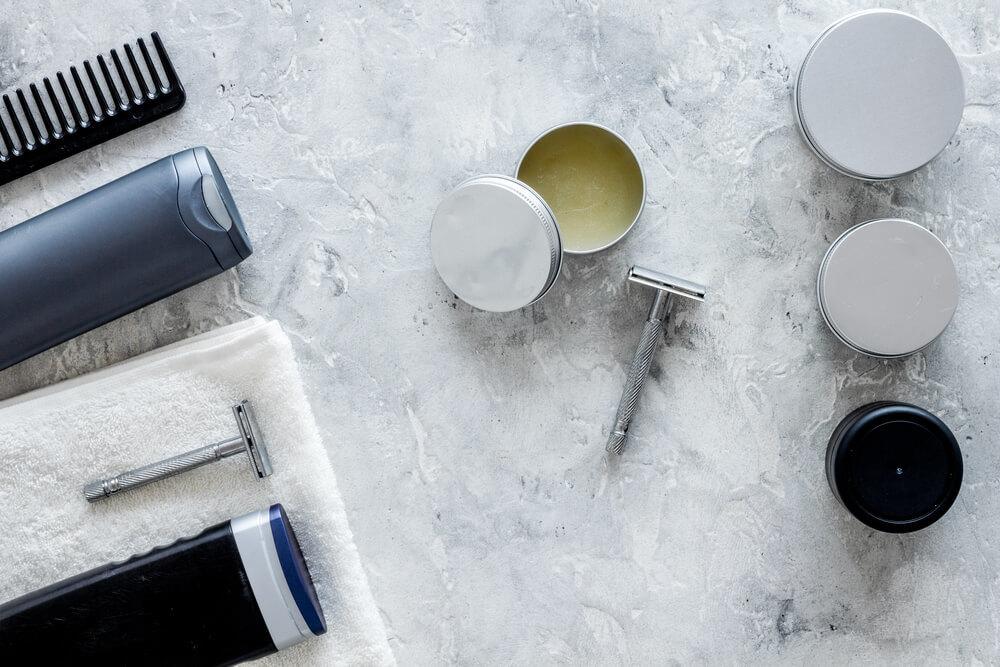 大理石の床に置かれたヘアセットに使用する道具