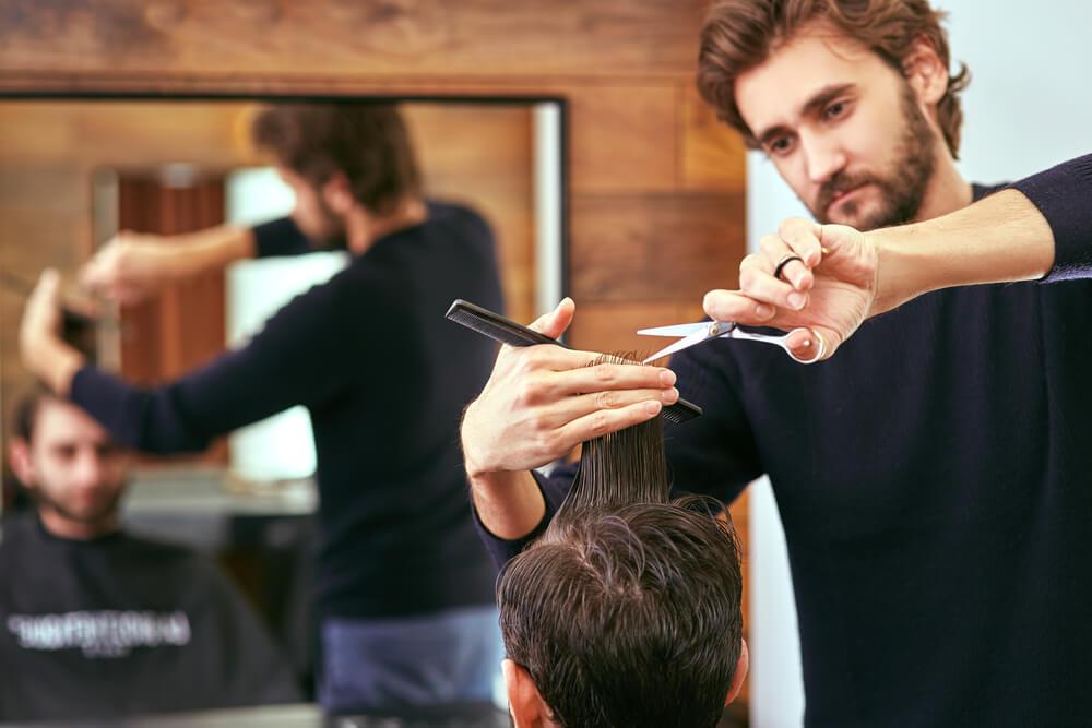 ヘアカットをする美容師の男性