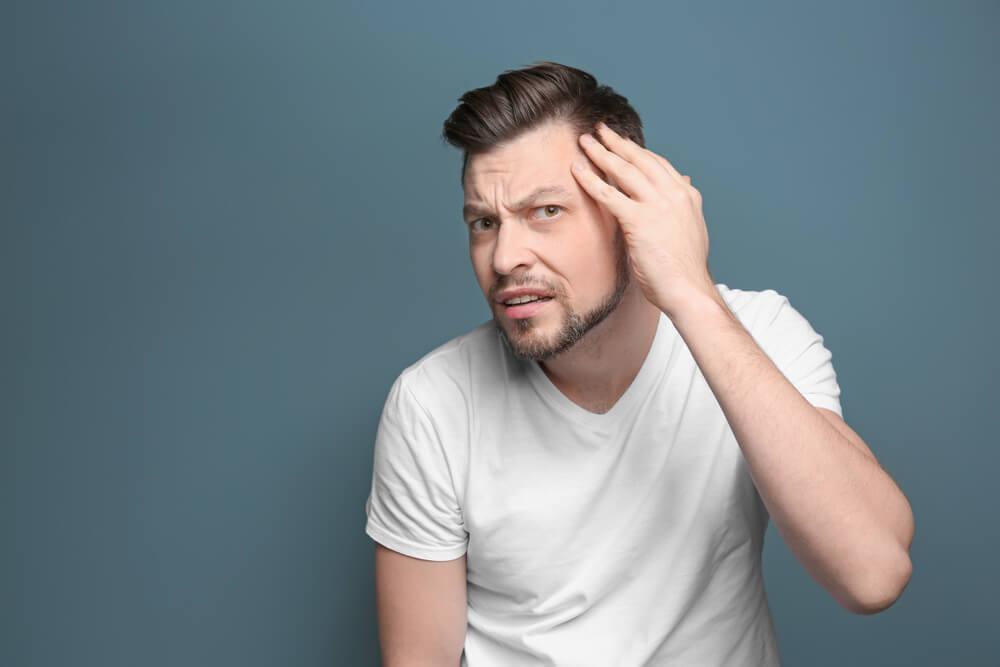 M字型の薄毛に悩む男性