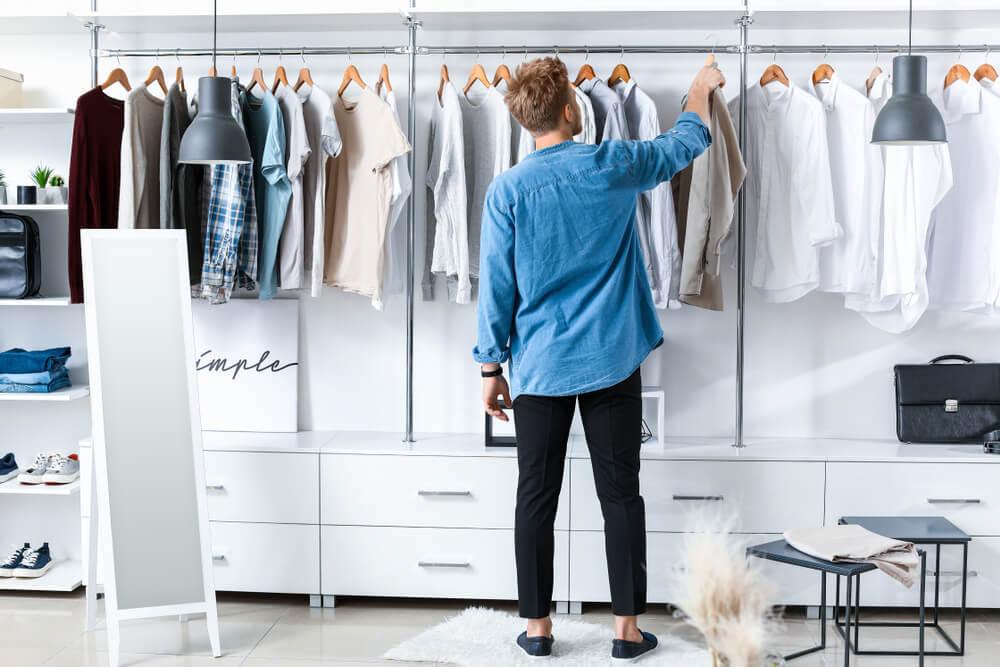 服を選ぶ男性