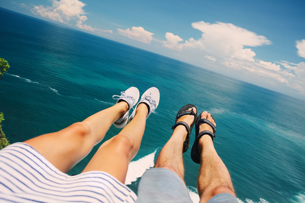 夏のデートを楽しむカップル