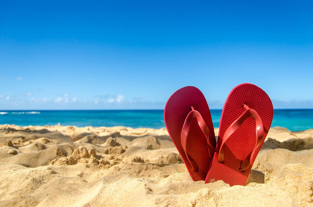 砂浜とビーチサンダル