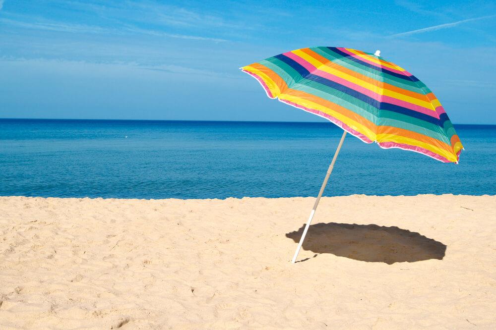 浜辺のビーチパラソル