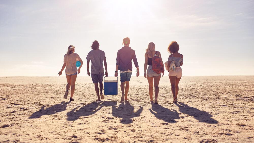 海で楽しむ若者達