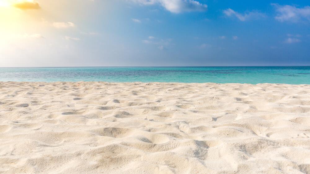 夏の浜辺に刺す日差し