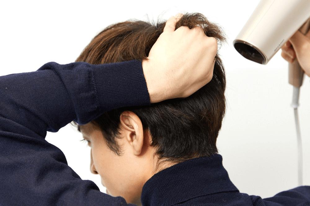 スタイリング前にドライヤーを使って後頭部を乾かす方法