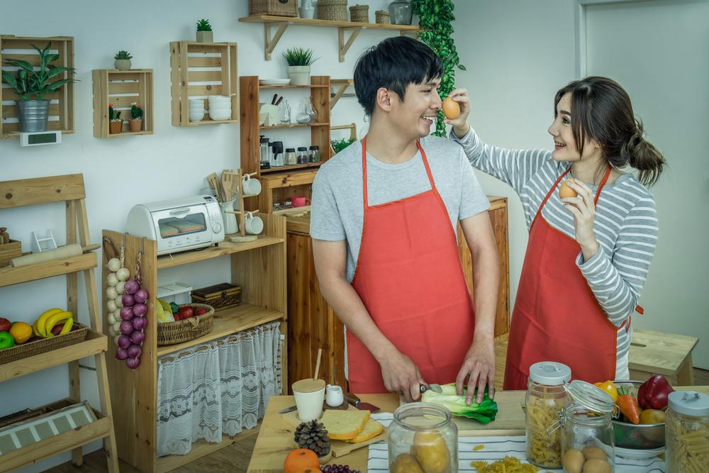 一緒に料理を楽しむカップル