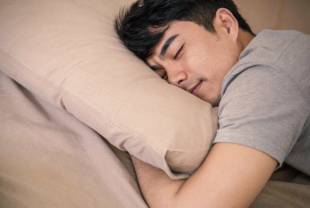 幸せそうに寝る男性