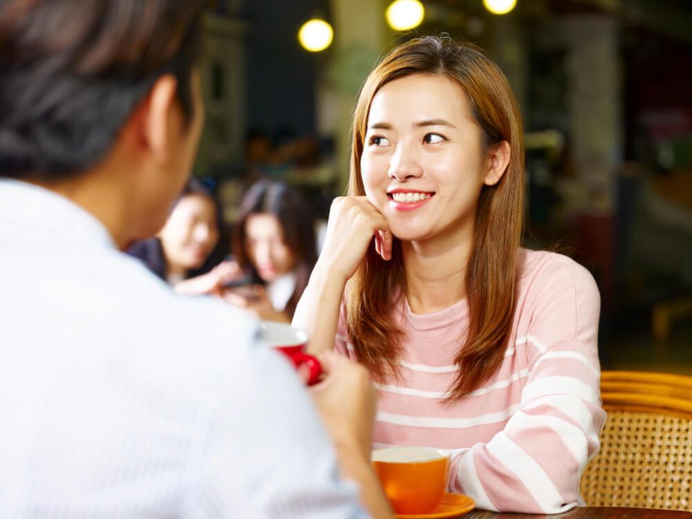 カフェで話をする男女