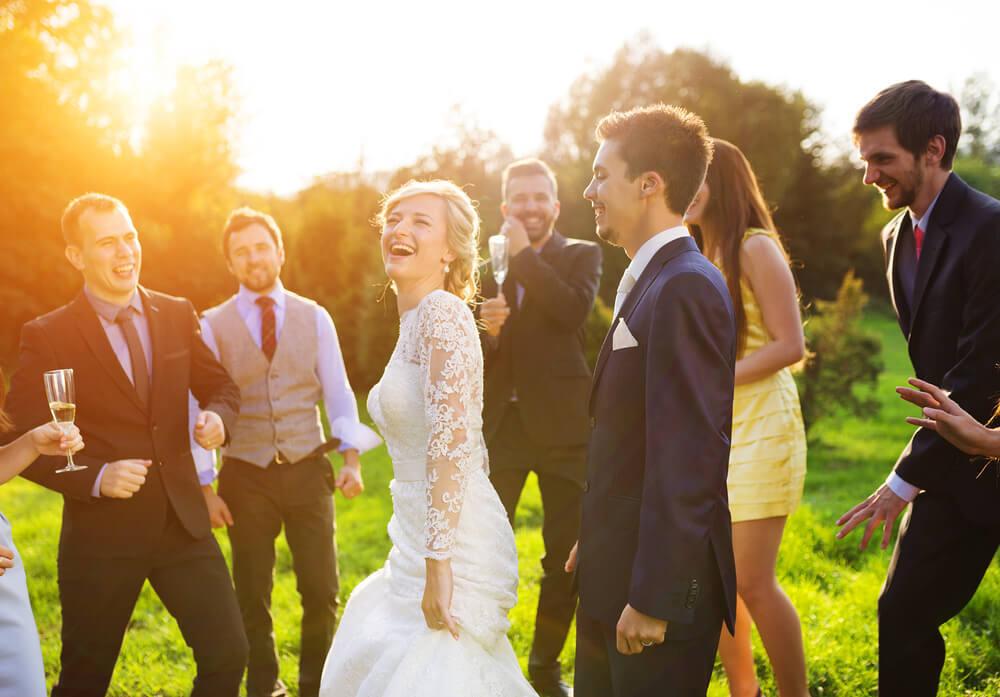 友人の結婚を祝う人々