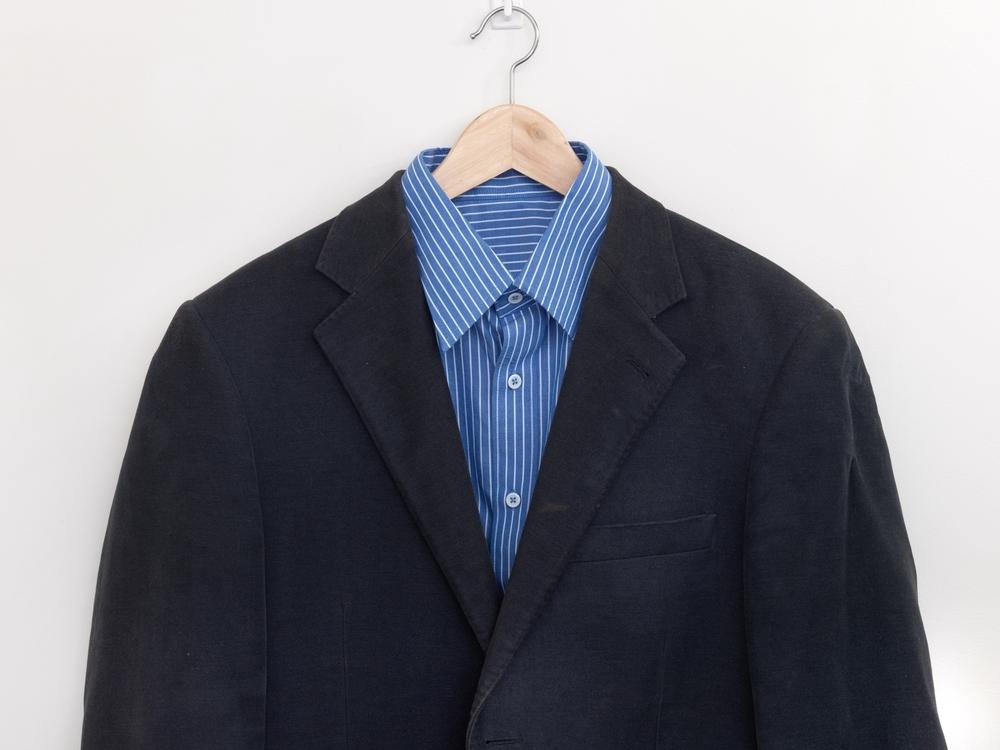 ハンガーにかかった紺のジャケット