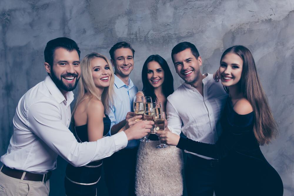 シャンパンでお祝いをする人々