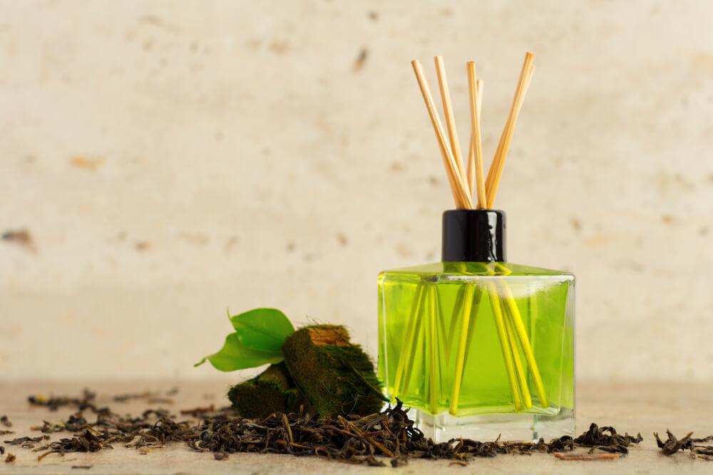 木の香りのスティック型ルームフレグランス