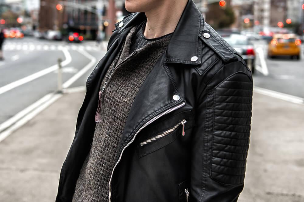 レザーコートを着て立つ男性
