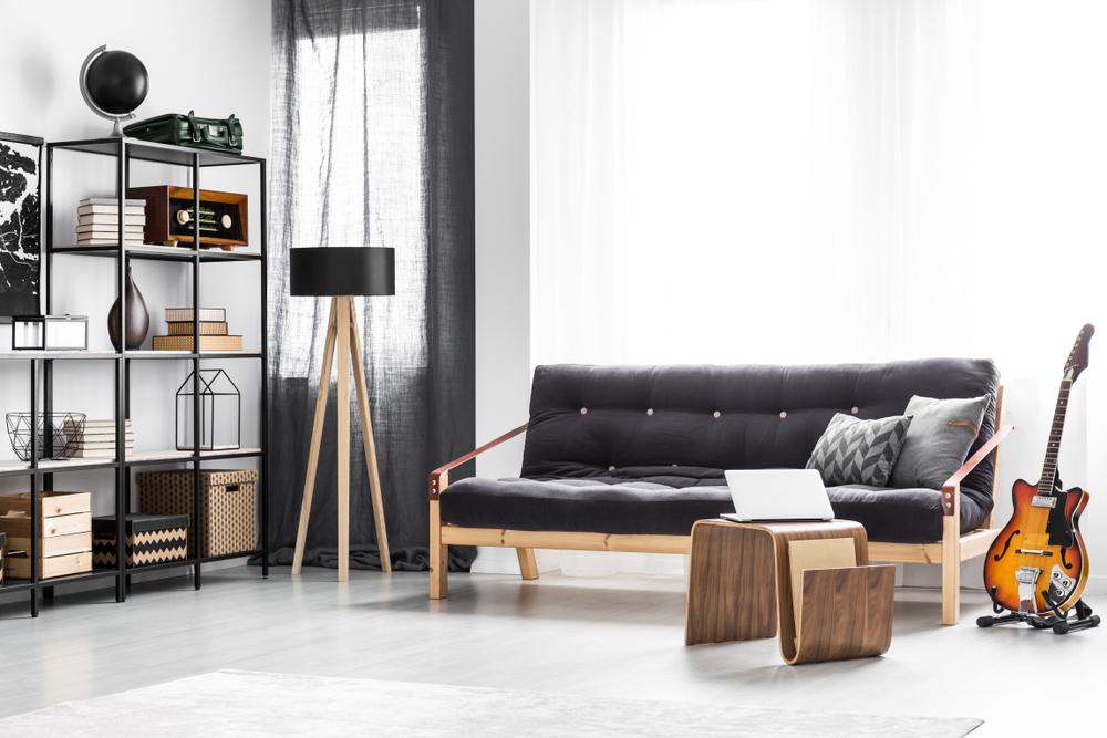 黒いソファのある部屋