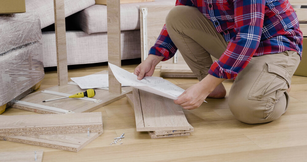 棚を作る男性