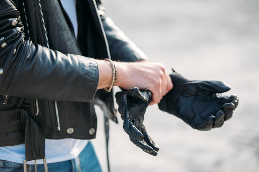 手袋をはめる男性
