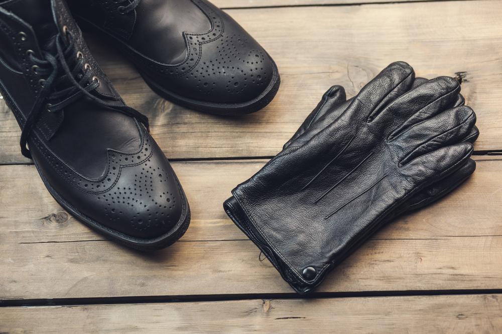 革の手袋とブーツ