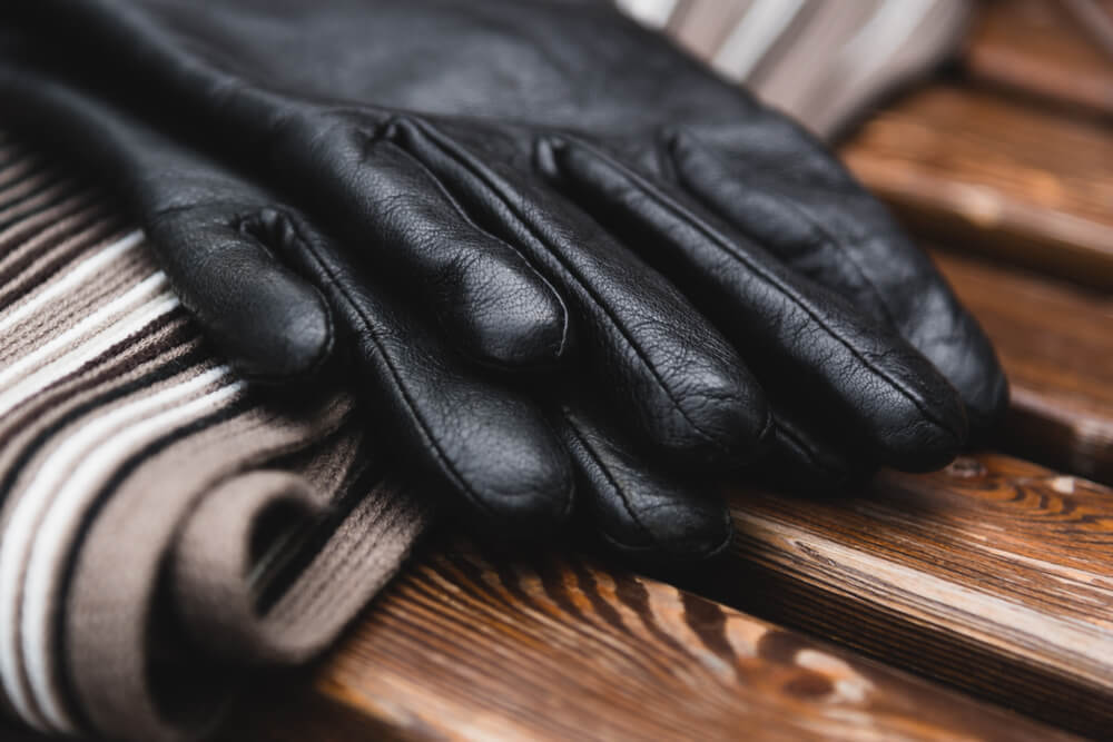 マフラーと黒い手袋