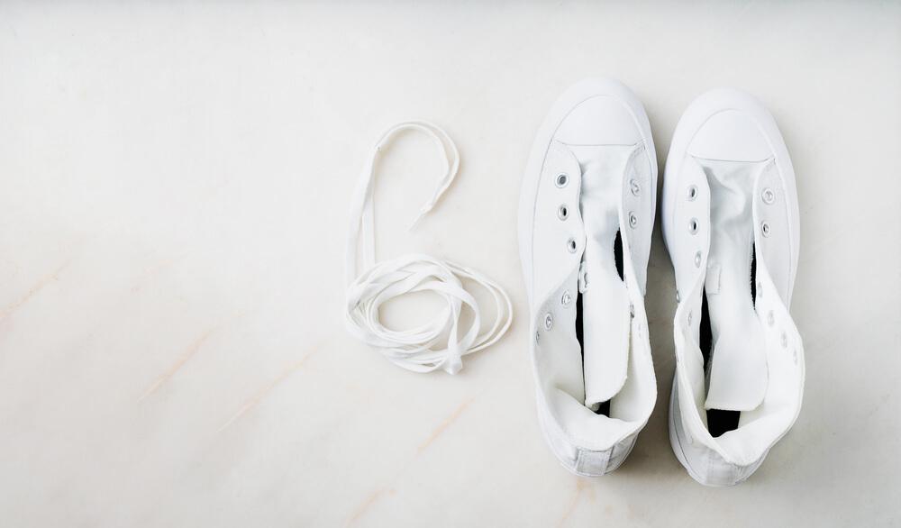 靴ひもと白のスニーカー