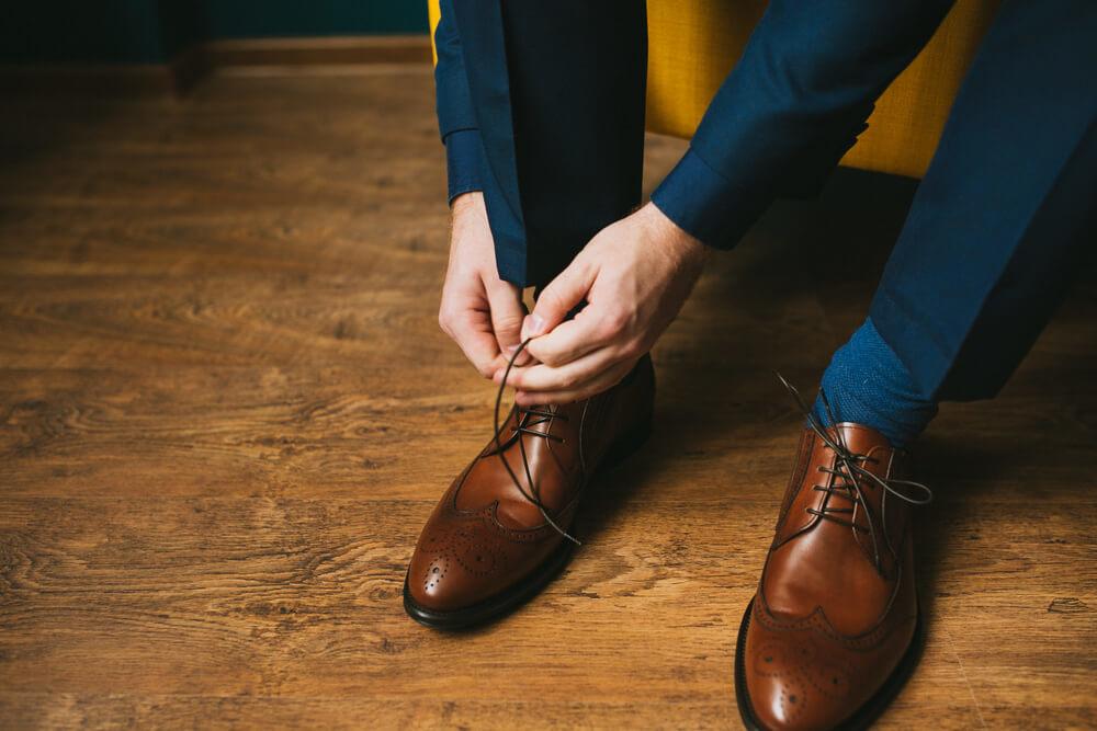 シングルで結んだ革靴