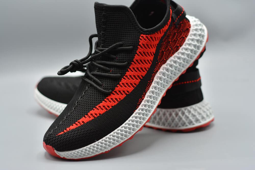 黒と赤のスニーカー