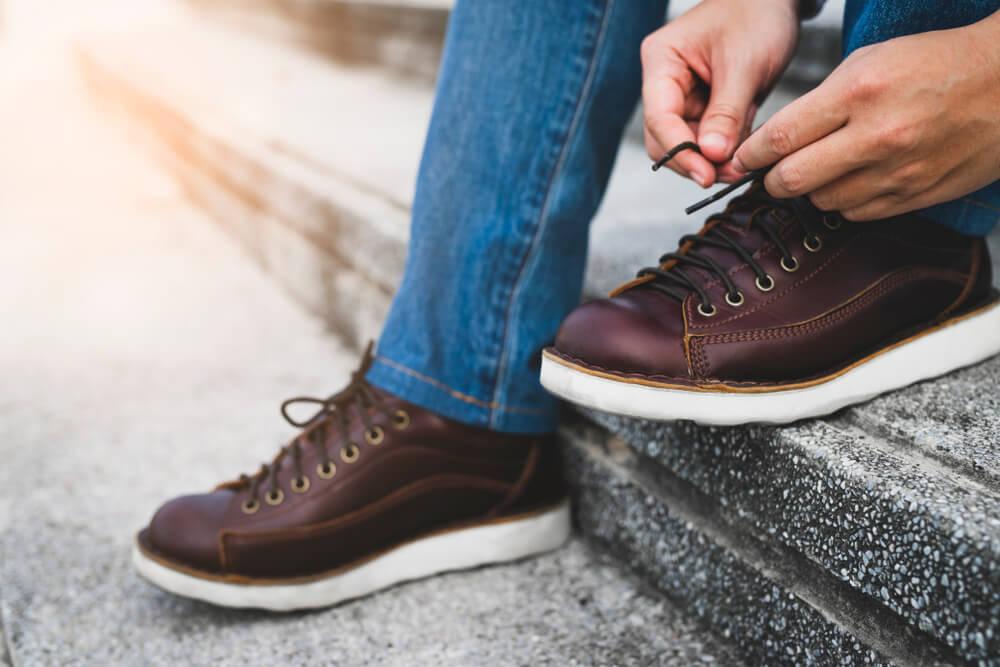 革靴を履く男性