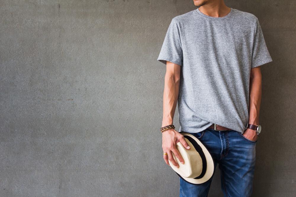中折れ帽子を持つ男性