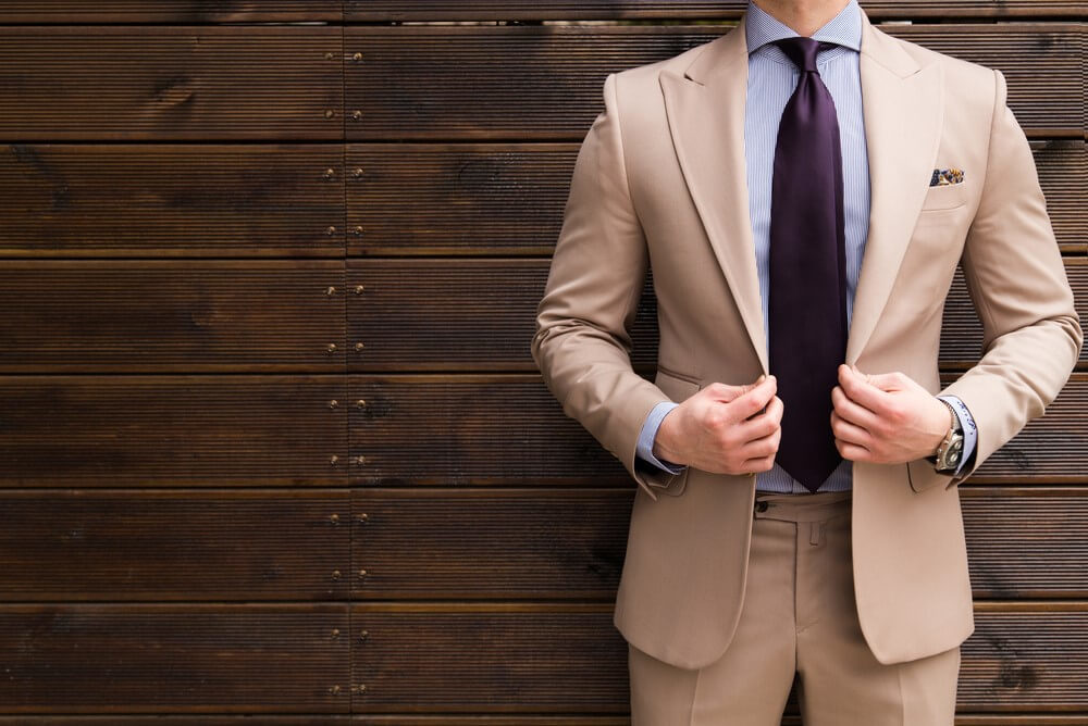 ベージュのスーツを着た男性