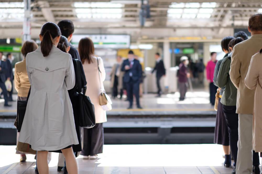 駅のホームで待つ人々