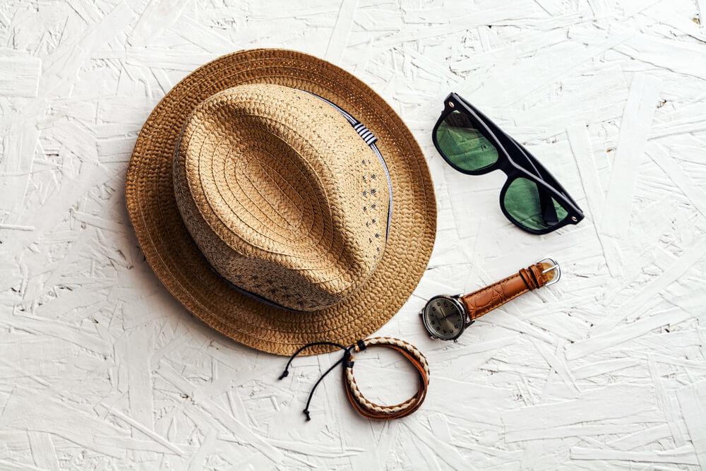 メンズの帽子とサングラスと時計