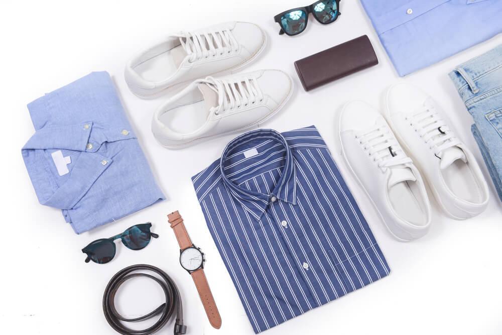 メンズのシャツとスニーカーとサングラス