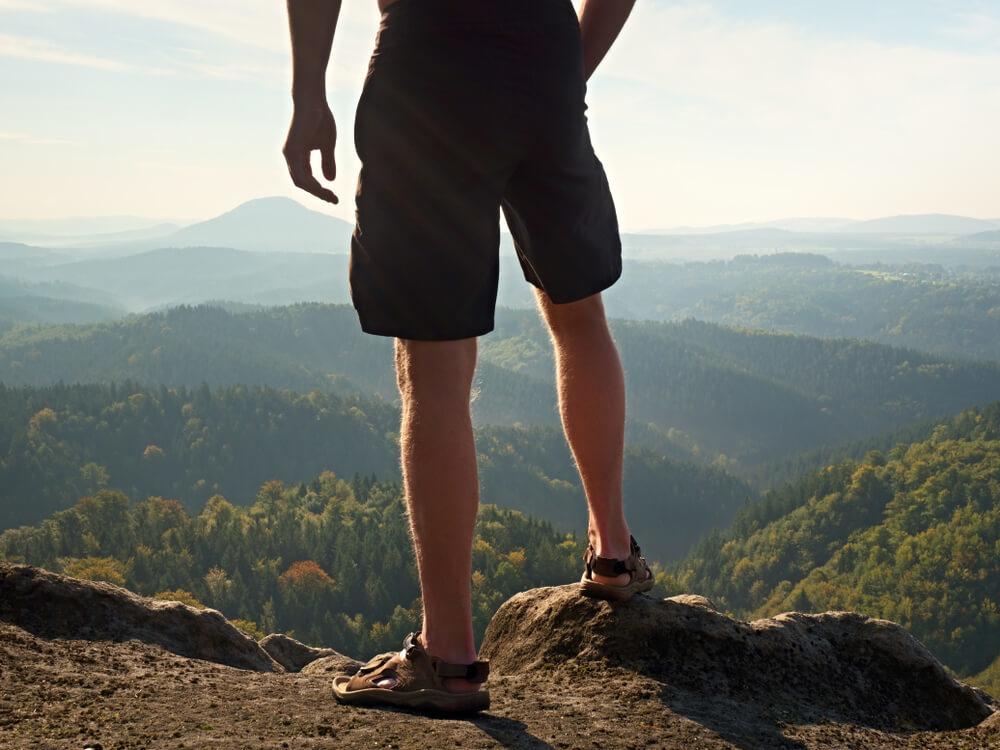 ハーフパンツとスポーツサンダルを履いている男性