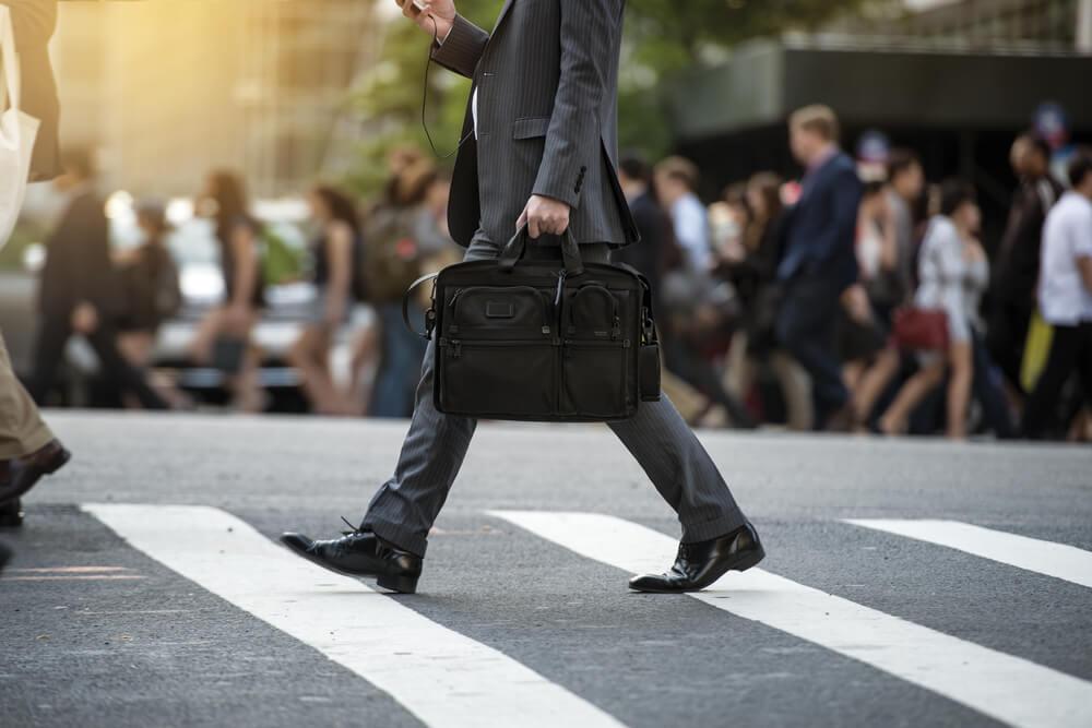 黒いバッグを持つスーツの男性