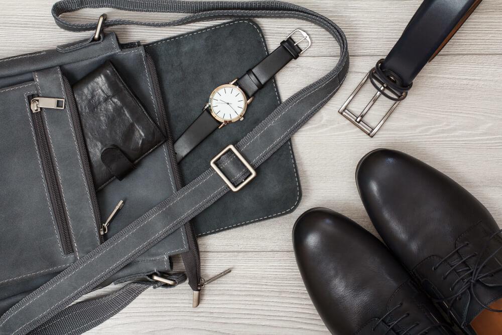 黒のショルダーバッグと靴